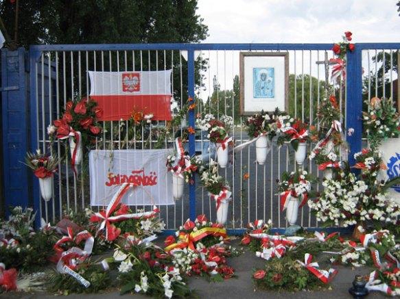 """Das Tor der Werft, die die """"Wiege der Solidarnosc"""" war."""